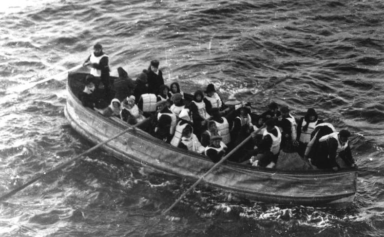 Jedna z dryfujących szalup z rozbitkami z Titanica