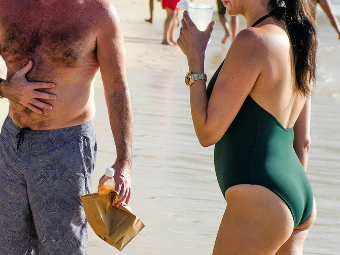 Svi na plaži gledali u devojku poznatog voditelja: Kad vidite sliku spreda, biće vam jasno zašto