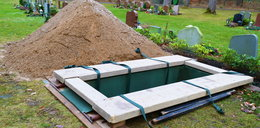Tragedia podczas pochówku. Pracownik zakładu pogrzebowego nagle osunął się na ziemię. Nie udało się go uratować