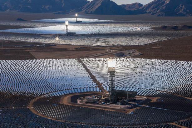 Instalacje solarne w Nipton na pustyni Mojave na granicy Kalifornii i Nevady.