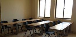 Nietypowy egzamin. Studenci z kartonami na głowach
