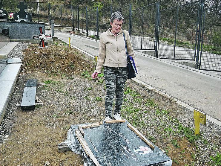 NOVIPAZAR01 Nelica Grujic pored  nadgrobnog spomenika oca u blatu foto N. Kocovic