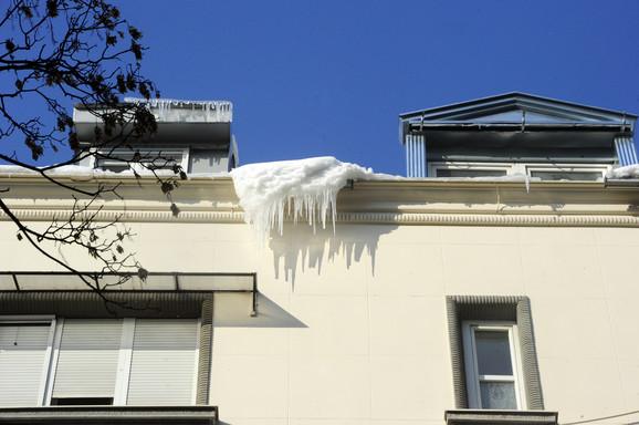 Opasnost od ledenica i snega sa krova