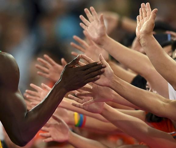 Jusein Bolt pozdravlja navijače