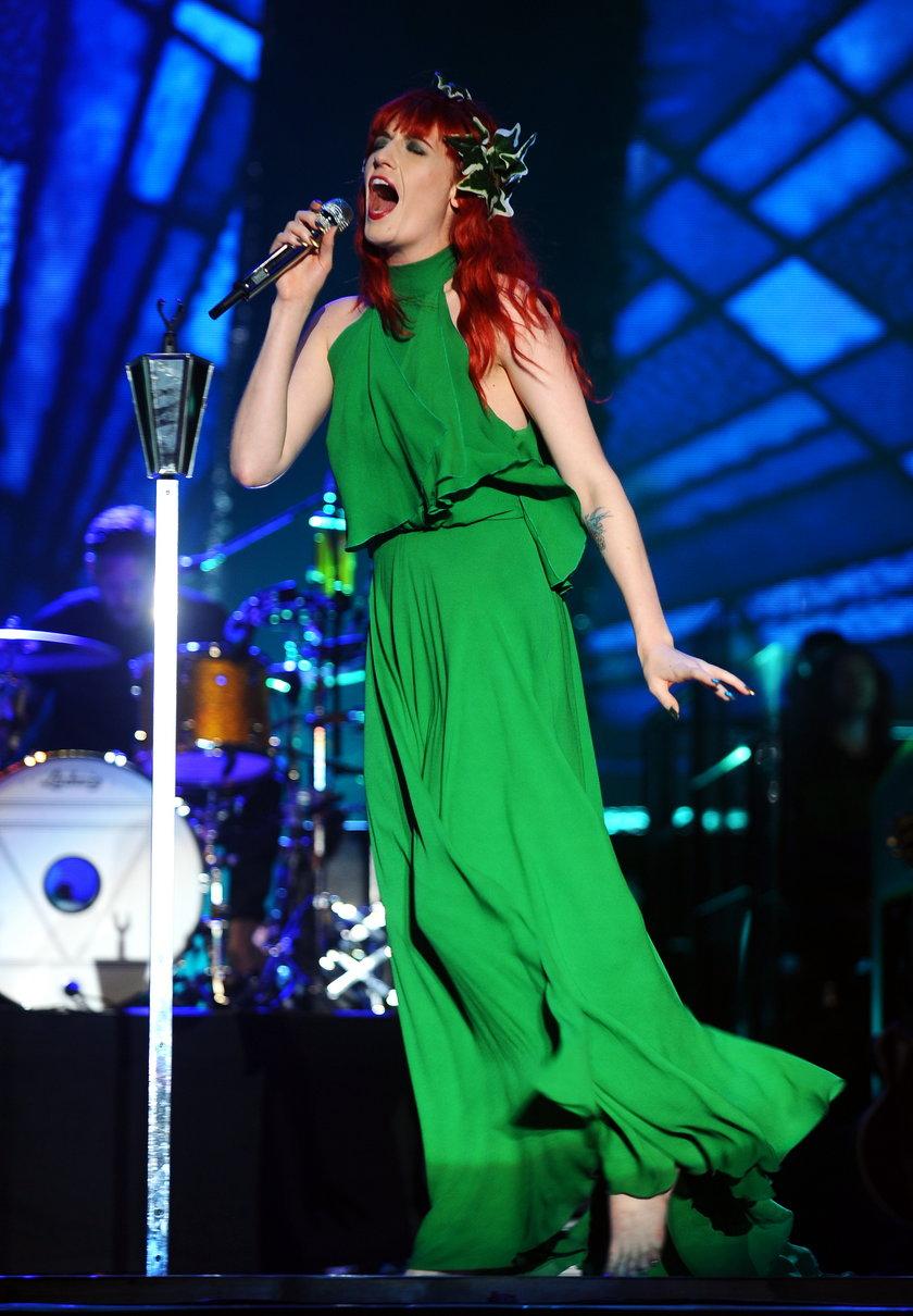 Wokalistka Florence and the Machine śpiewa na scenie
