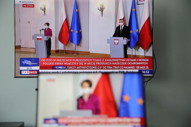 """Minister rozwoju Jadwiga Emilewicz oraz prezydent Andrzej Duda podczas transmisji konferencji prasowej. Prezydent przekazał, że w akcję """"Polskie szwalnie"""" włączyły się polskie firmy, głównie odzieżowe - produkują maseczki; będą dostarczane w milionach sztuk, nie tylko na polski rynek."""