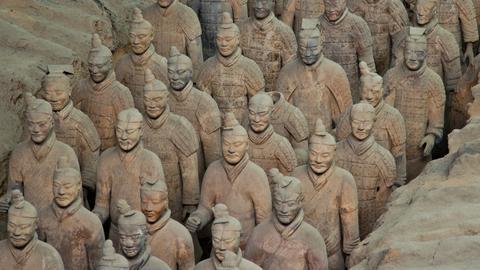 Na zdjęciu Armia Terakotowa - figury żołnierzy, oficerów wykonanych z wypalonej gliny. Armia znajduje się w grobowcu pierwszego chińskiego cesarza Qin Shi