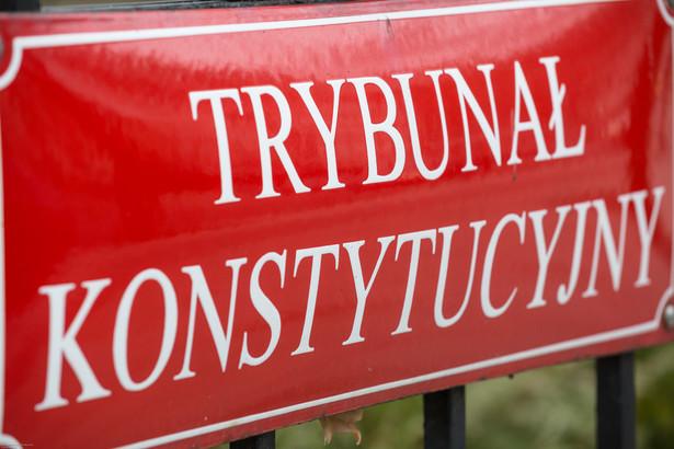 """""""TK ze zdziwieniem przyjmuje fakt, że sąd cywilny prowadzi sprawę z powództwa osoby nieposiadającej żadnej legitymacji procesowej do zajmowania się problemem funkcjonowania TK, a taką osobą jest były już prezes TK"""" - komentował wtedy sprawę Trybunał."""
