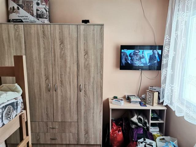 U ustupljenom stanu u Rogačici, zahvaljujući direktoru škole Radetu Jezdiću, deca su dobila računare za praćenje nastave