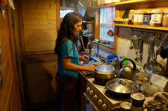 Čajna kuhinjica i više je nego dovoljna da se spremaju obroci s ljubavlju