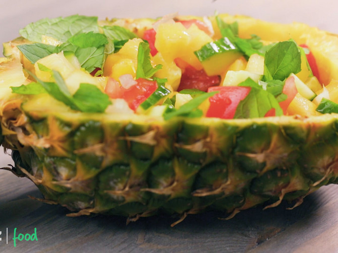 Noizz_food_Ananas_salata_cop_safe