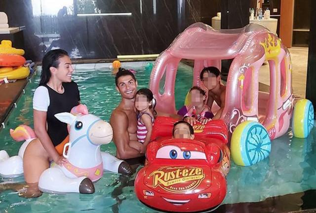 Georgina i Kristijano Ronaldo sa decom u bazenu