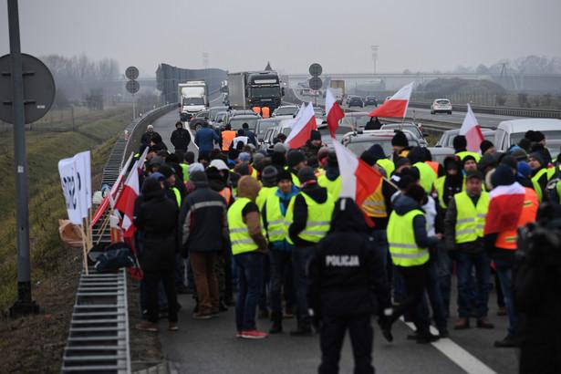 Brwinów, 12.12.2018. Na autostradzie A2 na odcinku Łódź – Warszawa, na wysokości Brwinowa, trwa protest rolników, droga jest zablokowana.