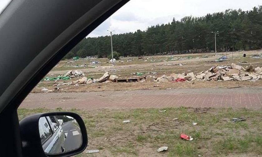 10 dni po festiwalu Pol'and'Rock. Śmieci nadal leżą w Kostrzynie