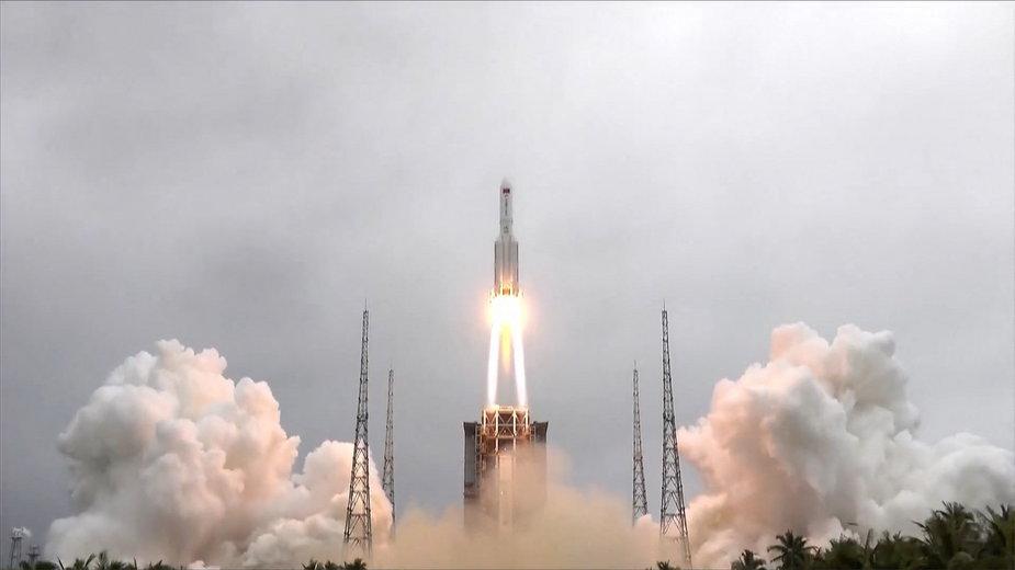 Rakieta Długi Marsz 5B podczas startu 29 kwietnia