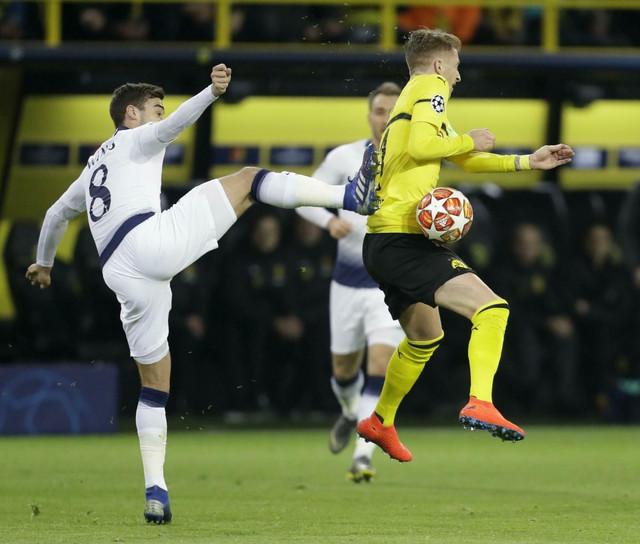 Duel igrača Dortmunda i Totenhema