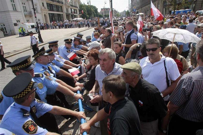 Straż miejska donosi na obrońców krzyża