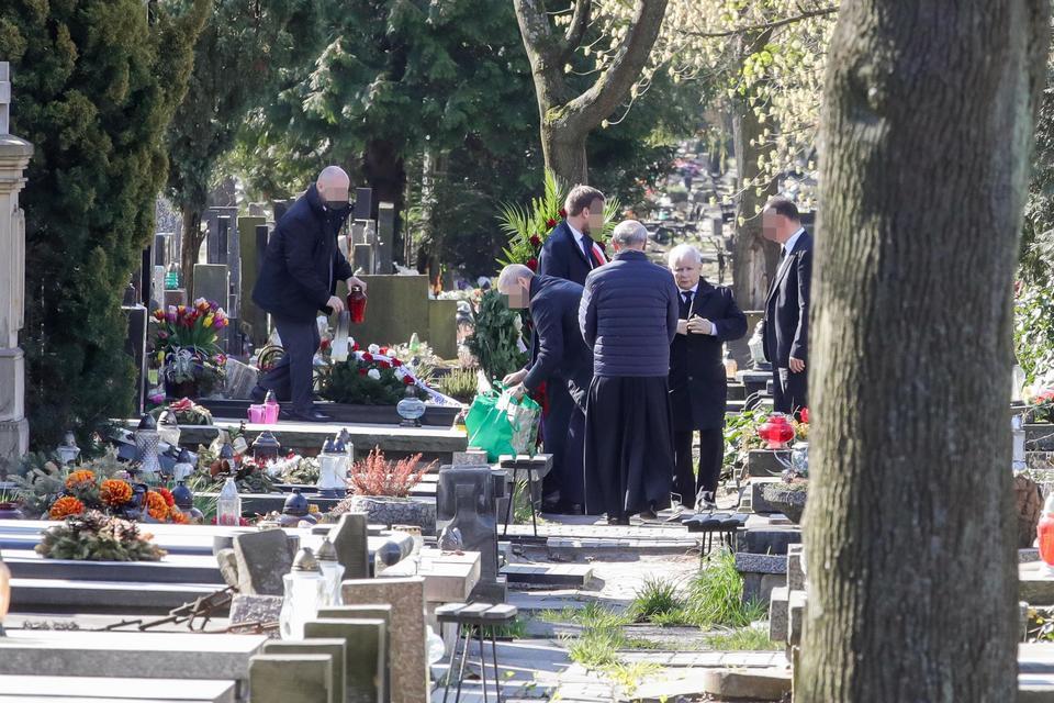 Polacy nie mogą z powodu epidemii koronawirusa odwiedzać grobów bliskich na Cmentarzu Powązkowskim w Warszawie. Ale dla prezesa PiS zrobiono wyjątek fot. FAKT24