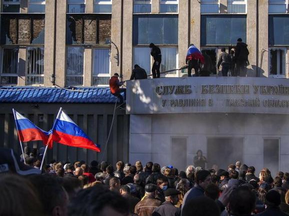 Proruski aktivisti drže pod kontrolom zgradu Uprave bezbednosti u Luganjsku