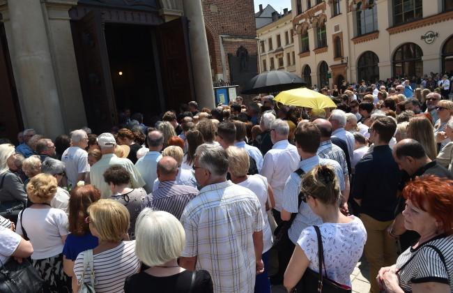 Tłumy zgromadzone przed kościołem. Uroczystości pogrzebowe Zbigniewa Wodeckiego w Bazylice Mariackiej w Krakowie