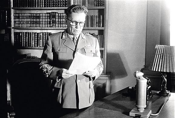 Maršal Tito čita govor za radio povodom završetka rata u Evropi, 9. maj 1945.