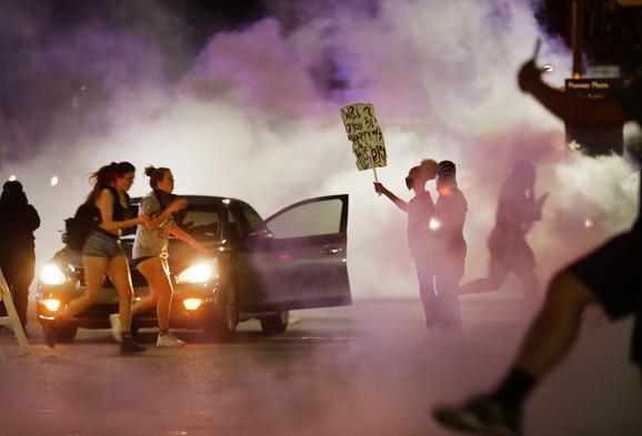 U Dalasu je policija ispalila suzavac.