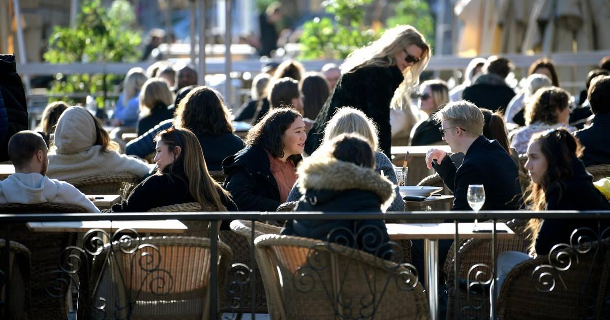 Coronavirus in Schweden: In Stockholm sitzen alle noch draußen in den Cafés!