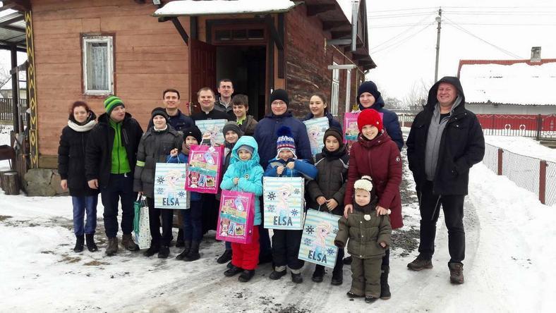 Grupa obdarowanych dzieci w Prużańsku na Białorusi