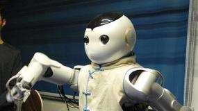 Chiński robot gra w ping-ponga
