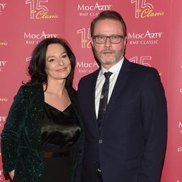 """Artur Żmijewski z żoną na czerwonym dywanie. Ich widok na ściankach to rzadkość. Kto jeszcze pojawił się gali """"MocArty 2017"""""""