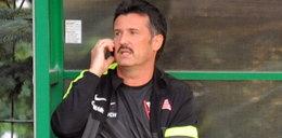 Polski trener rozmawia przez telefon podczas meczu