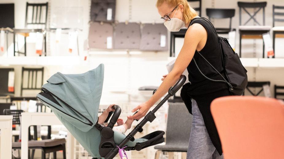 Prof. Wysocki: Chodzenie z niemowlętami do dużych sklepów to skrajna nieodpowiedzialność