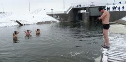Zimowa kąpiel morsów w Zalewie Zemborzyckim