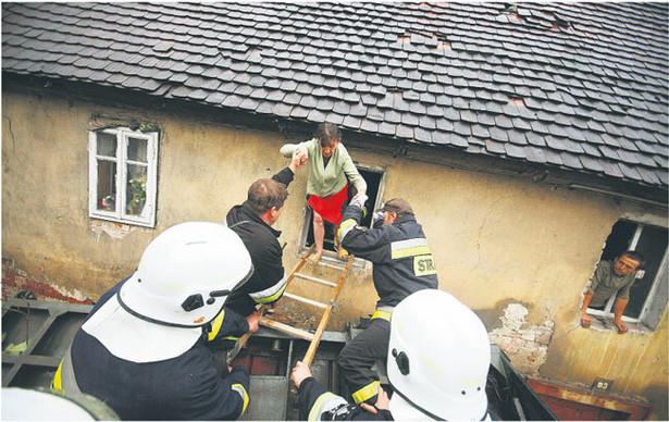 Wiele domów jest tak zniszczonych, że ewakuowani nie będą mogli do nich wrócić Fot. Adam Konarski/Newpix.pl