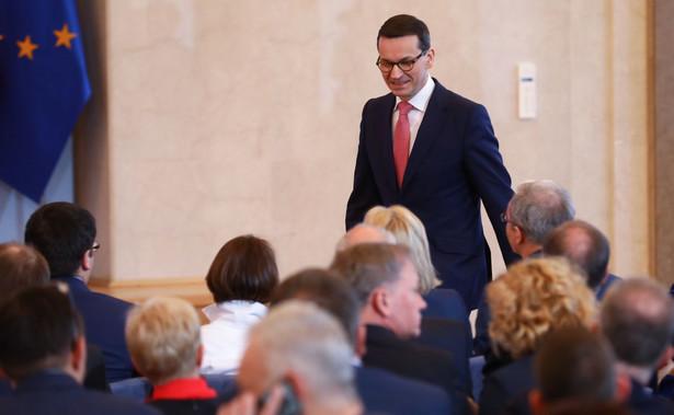 """Morawiecki przyznał, że zdaje sobie sprawę z tego, że w związku z ciągłym wprowadzaniem nowych przepisów, także tych unijnych, """"życie przedsiębiorcy nie jest łatwe""""."""