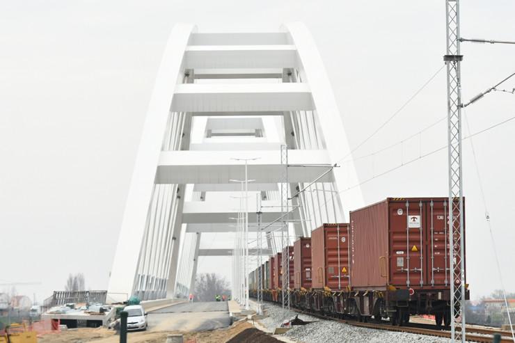 Novi Sad165 prelazak voza preko Zezeljevog mosta foto Nenad Mihajlovic