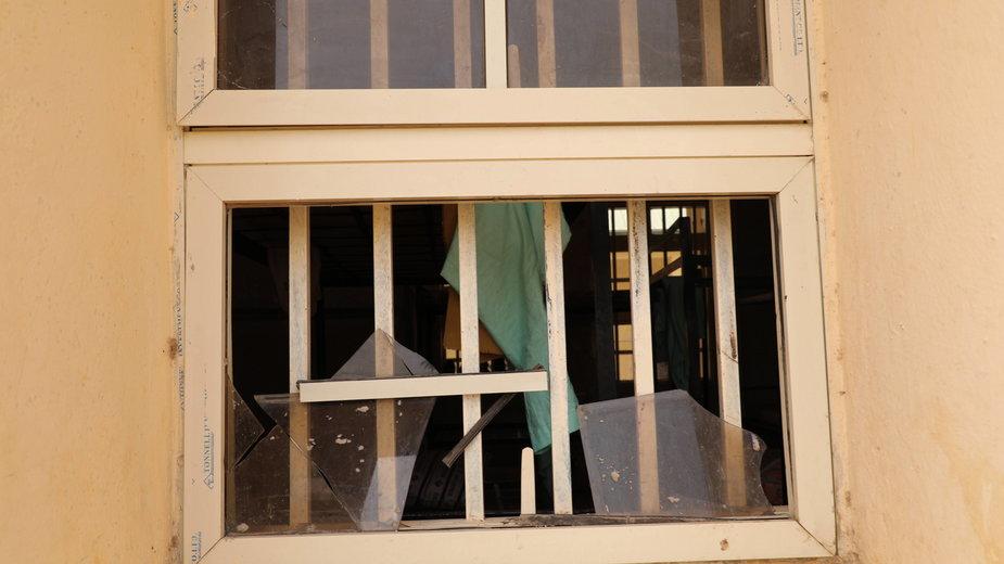 Okno szkoły w stanie Zamfara w Nigerii, w której doszło do porwania