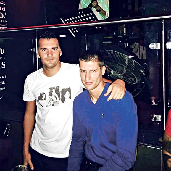 Šćepanov rođeni brat Duško (u plavoj košulji) teško je povređen u eksploziji bombe postavljene na njegov automobil marke