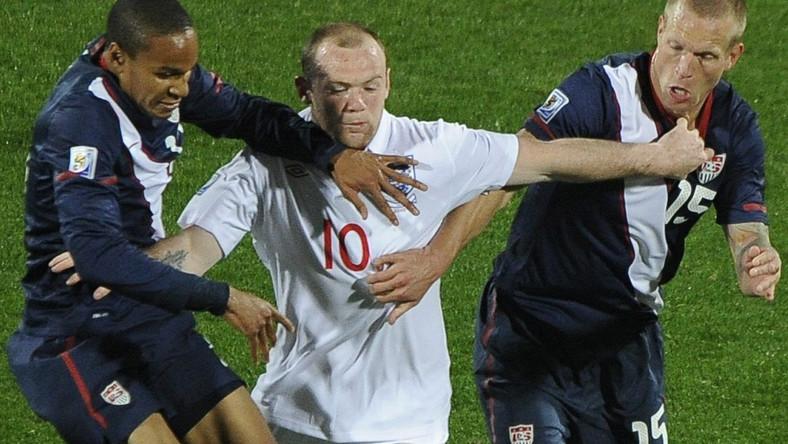 Wayne Rooney walczy o piłkę