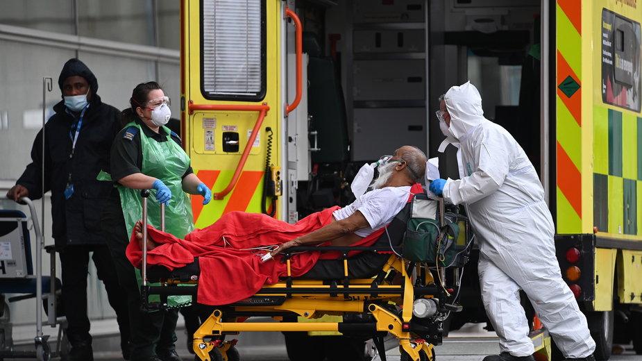 Brytyjskie służby medyczne pracują bez wytchnienia w związku ze wzrostem zachorowań