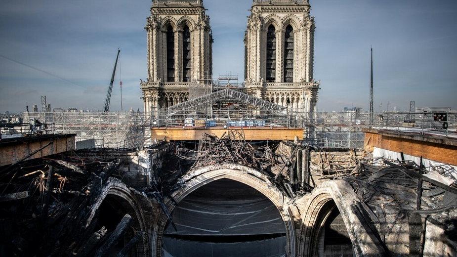 Odbudowa katedry Notre-Dame w Paryżu: usunięto rusztowanie, zdjęcia z wnętrza