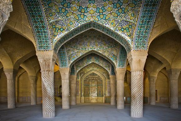 Ova džamija ukrašena je skupocenim stuobovima i mozaicima