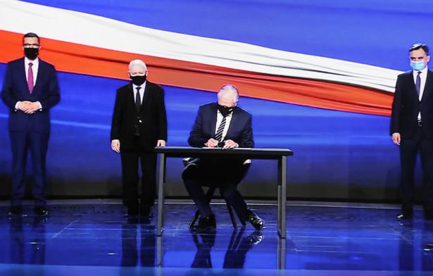 Prezes PiS Jarosław Kaczyński (2L), premier Mateusz Morawiecki (L) oraz lider Porozumienia Jarosław Gowin (2P) i lider Solidarnej Polski Zbigniew Ziobro (P)