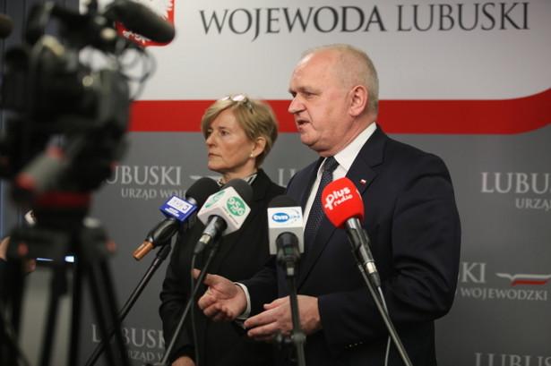 Wojewoda lubuski Władysław Dajczak oraz wojewódzki inspektor sanitarno-epidemiologiczny dr Dorota Konaszczuk