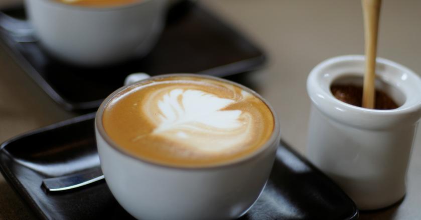 Jeżeli jesteś wrażliwy na działanie kofeiny, lepiej nie pij kawy bezkofeinowej przed snem
