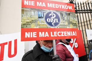 Przedstawiciele zawodów medycznych protestowali przed Ministerstwem Zdrowia