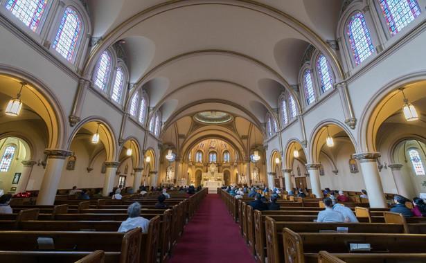 Zgodnie z obecnie obowiązującymi przepisami państwowymi, do 11 kwietnia w mszach świętych i innych celebracjach może uczestniczyć maksymalnie do 5 osób