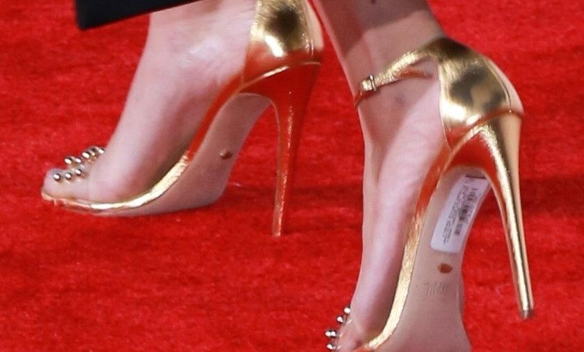 Scarlett Johansson z metką na czerwonym dywanie!