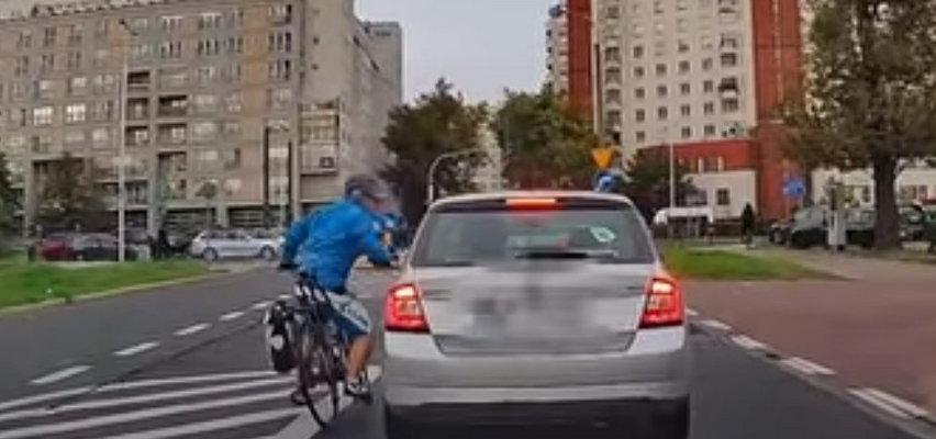 Rowerzysta złamał wszystkie przepisy i zaatakował kobietę w aucie. Internauci oburzeni