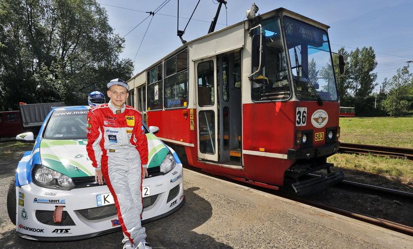 Wyścig samochodu rajdowego z tramwajem